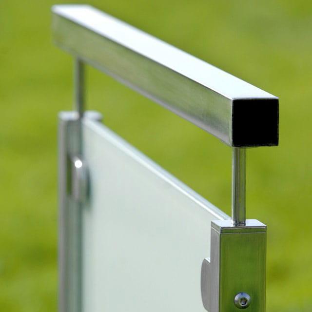 Horisont glasräcke -Blankpolerad överliggare med frostat glas.