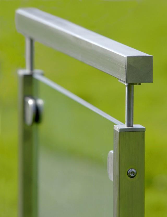 Fyrkantigt glasräcke - Klarglas med stolpar och överliggande i mattborstat rostfritt stål